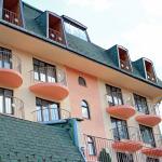 Фасадата със стаите за настаняване