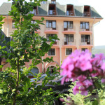 Цветната градина пред хотела