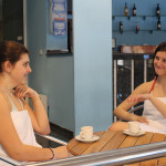 Посетители в кафето край басейна
